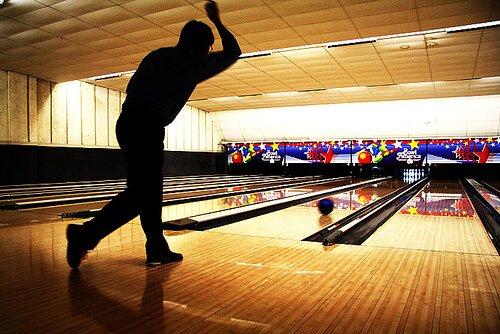 Homem a jogar bowling