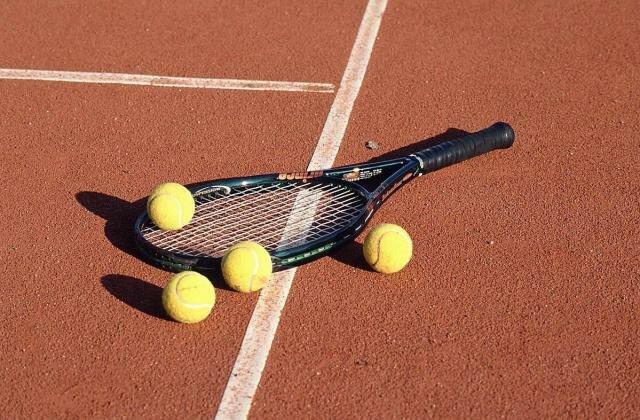 Raquete de ténis e bolas